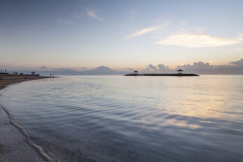 Ondulation à la plage de Sanur, Bali photo stock