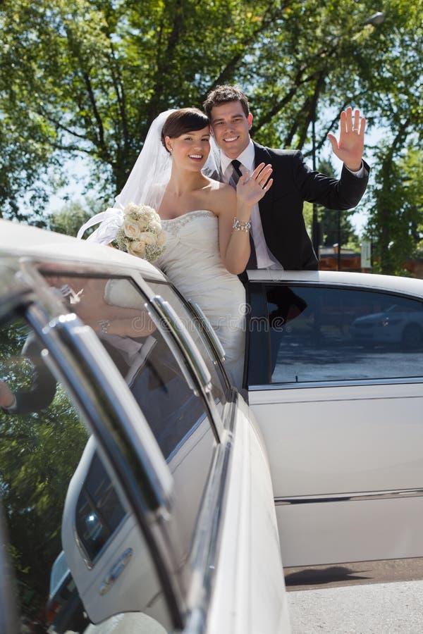 Ondulation de couples de mariage photographie stock libre de droits