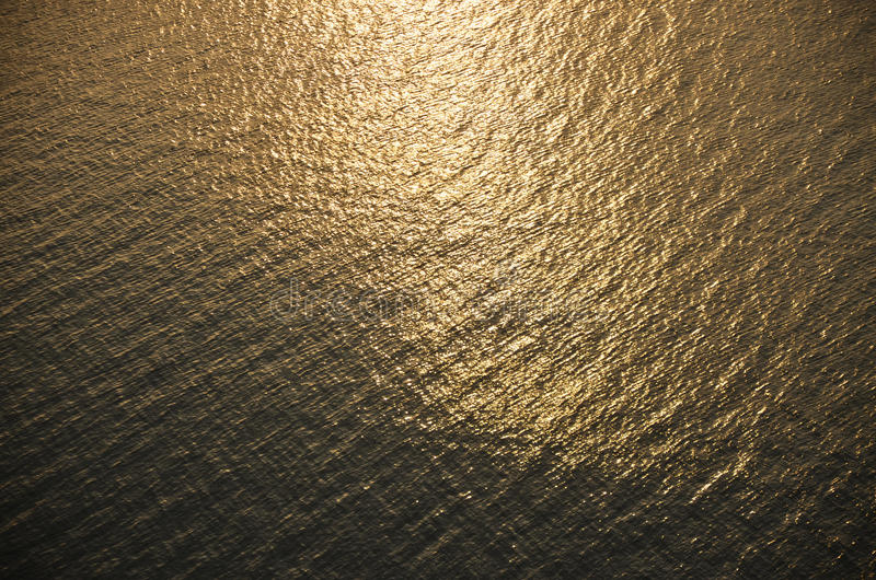 Ondulations d'or de l'eau photographie stock