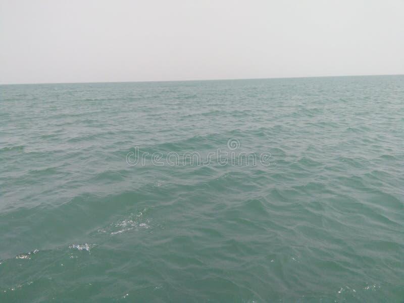 ondulazioni del cielo dell'acqua di mare immagine stock
