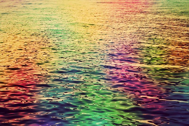 Ondulazioni variopinte dell'acqua nel mare Fondo astratto del hd fotografia stock libera da diritti