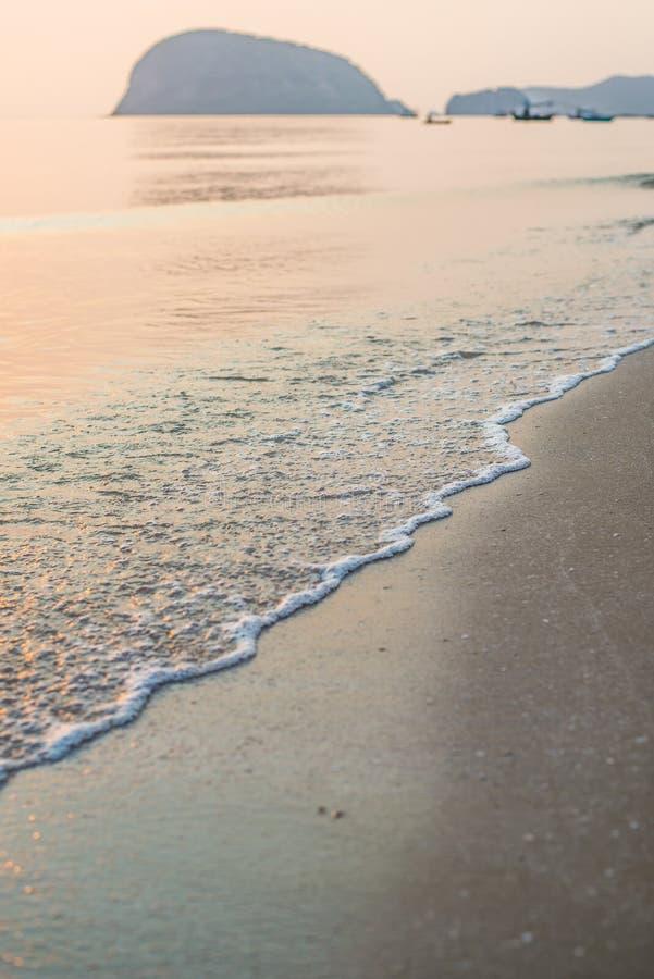 Ondule la mer avec la lumière de matin photo libre de droits