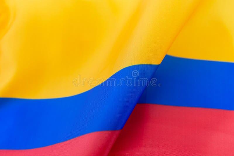 Ondule la tela amarilla, azul y roja de la bandera de Colombia fotos de archivo