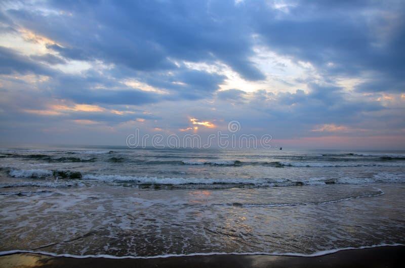 Ondulez en mer au matin et au temps de lever de soleil photo libre de droits