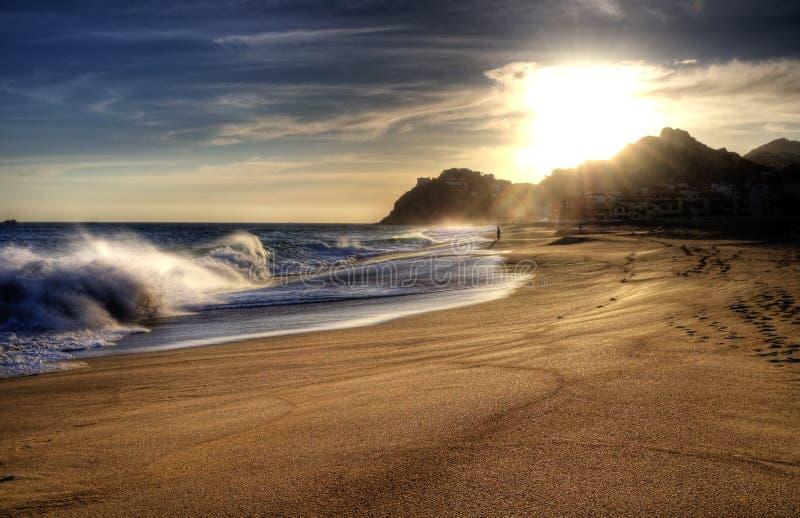 Ondulez sur la plage avec briller du soleil. photographie stock libre de droits