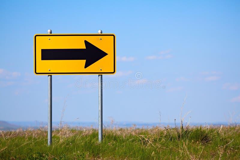One-way con svolta a destra del segnale stradale fotografia stock libera da diritti