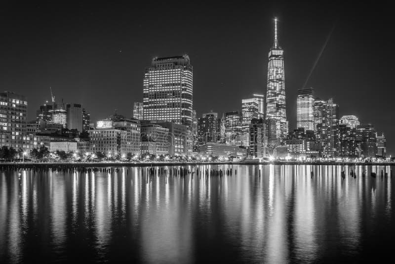 One World Trade Center e bateria Park City na noite, vista do cais 34, Manhattan, New York fotos de stock royalty free