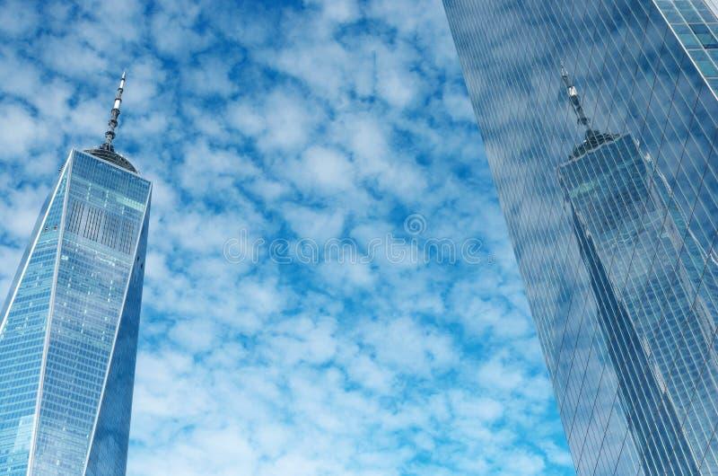 One World Trade Center oder Freedom Tower, Reflexion des bewölkten blauen Himmels, New York, USA stockbild