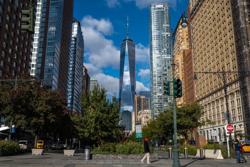 One World Trade Center wierza w niskim Manhattan przeciw jasnemu niebieskiemu niebu obraz stock