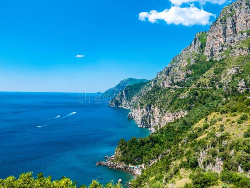 Oneindige mening van wilde die kustlijnklip met bomen in Positano, Amalfi Kust, Napels, Italië wordt behandeld stock afbeelding