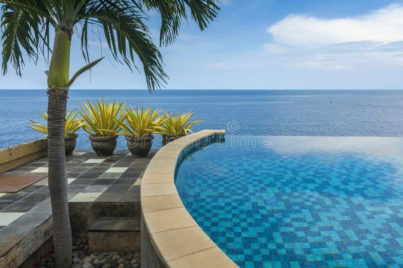 Oneindigheidspool bij een Villa in Bali royalty-vrije stock afbeelding