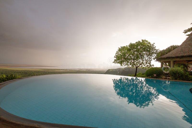 Oneindigheidspool die Meer Manyara Tanzania overzien royalty-vrije stock foto