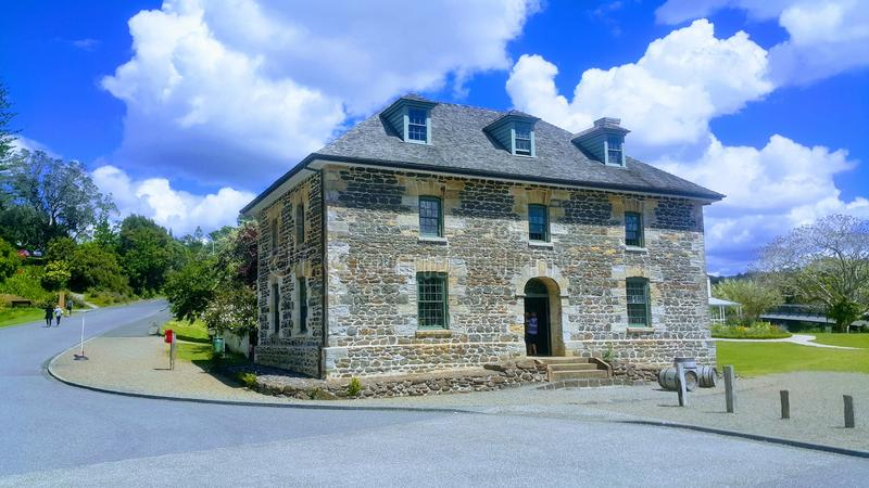 Onely gammalt hus mot himlen och en grön diskvatten fotografering för bildbyråer