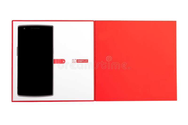 OnePlus在白色背景有原始包装的一个智能手机隔绝的 免版税库存图片
