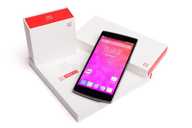 OnePlus在白色背景有原始包装的一个智能手机隔绝的 免版税库存照片
