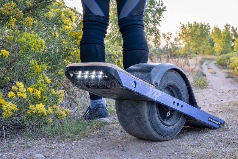 Onewheel电滑板Poudre河足迹 库存照片