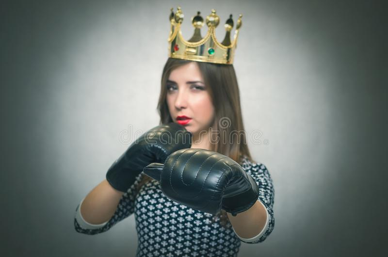 Onfident en trotse vrouw Ð ¡ Vrouwelijke rivaliteit Bazig meisje stock foto's