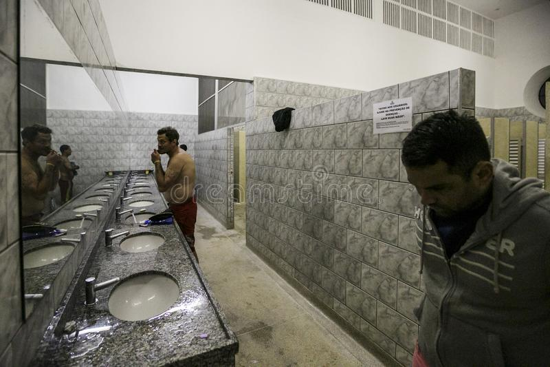 ONG Sermig - dormitorium łazienki Brasil, San - Paolo - obraz stock