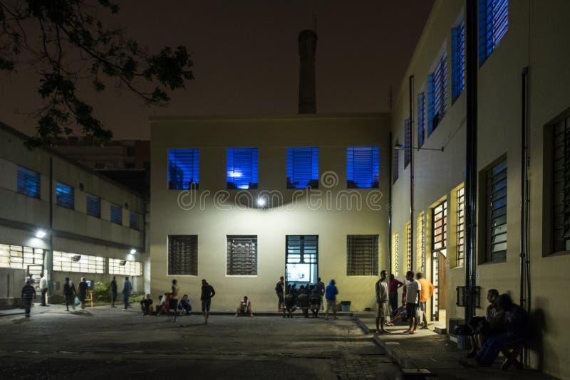 ONG Sermig na zewnątrz dormitorium w wieczór - Brasil, San - Paolo - zdjęcia royalty free