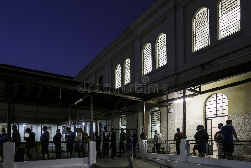ONG Sermig na zewnątrz dormitorium w wieczór - Brasil, San - Paolo - zdjęcie royalty free