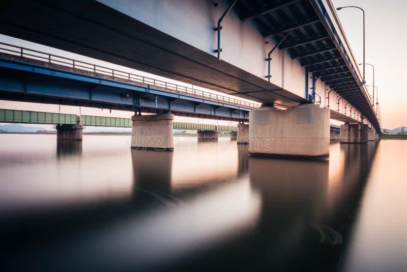 Onga-Brücke in Onga-Bezirk Fukuoka, Japan Langer Belichtungsschuß während des Sonnenuntergangs lizenzfreie stockfotografie