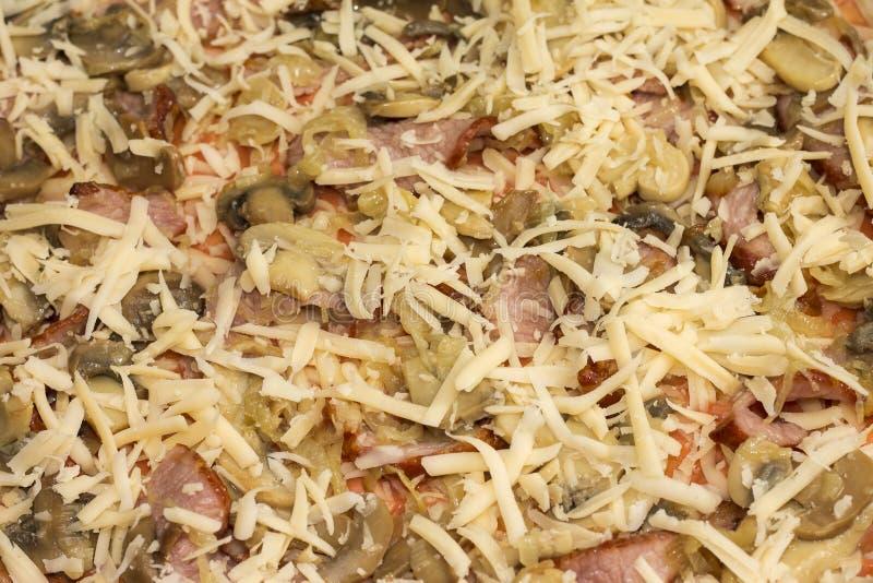 Ongebakken pizza met bacon en paddestoelen, close-up royalty-vrije stock foto