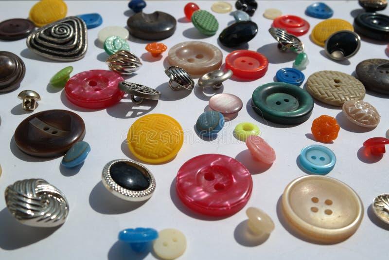 Ongebruikelijk diverse partij van heldere multi-colored verscheidenheid van ronde knopen, verschillende texturen, diameter, op ee royalty-vrije stock foto's