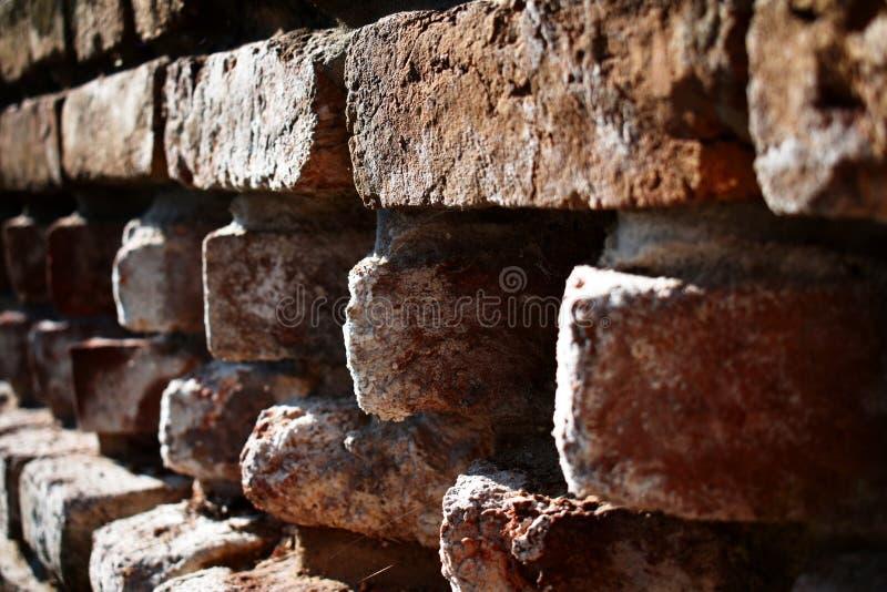 Ongebruikelijk gestapelde bakstenen in de muur royalty-vrije stock afbeelding