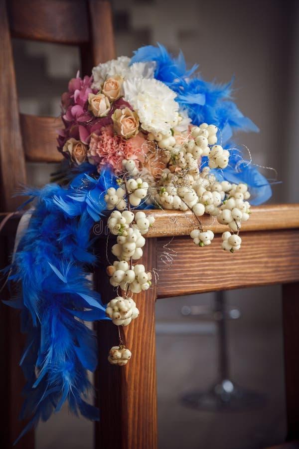 Ongebruikelijk huwelijksboeket met blauwe veren royalty-vrije stock afbeelding