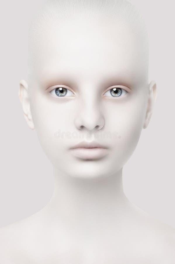 Ongebruikelijk portret van een jong meisje Fantastische verschijning Witte huid Hoofdclose-up stock afbeelding