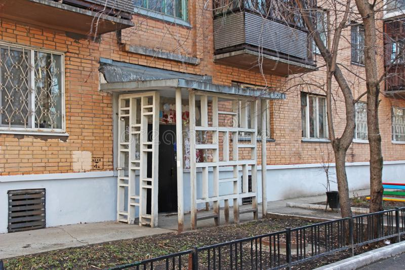 Ongebruikelijke, architecturale ingang van het huis, Tyumen, Rusland stock afbeeldingen