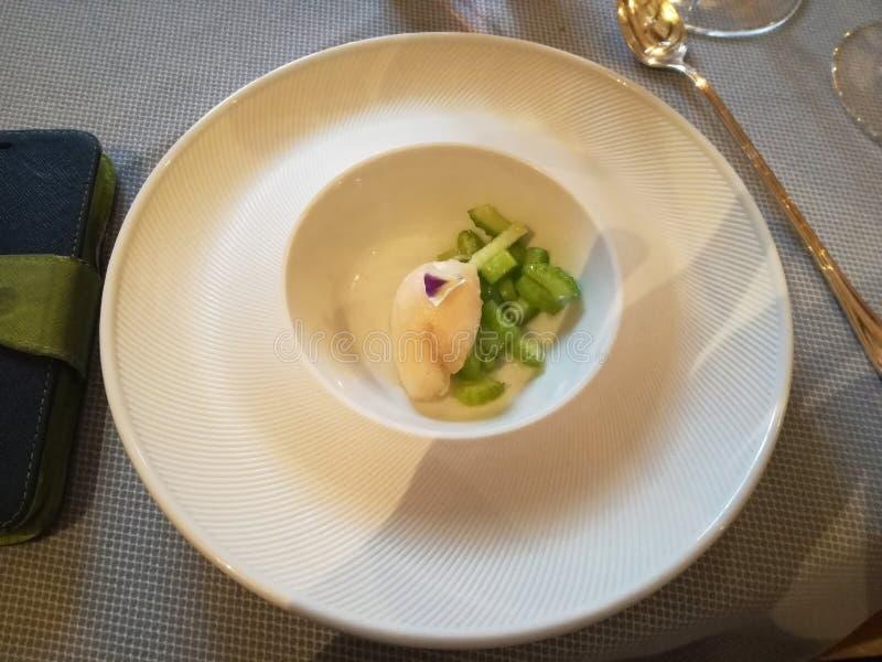 Ongebruikelijke decoratie van schotels in het restaurant Minimalism, esthetica, decoratie van voedsel Langzaam voedsel stock afbeeldingen