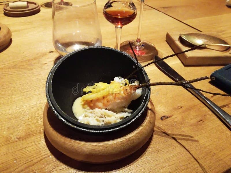 Ongebruikelijke decoratie van schotels in het restaurant Minimalism, esthetica, decoratie van voedsel Langzaam voedsel stock fotografie