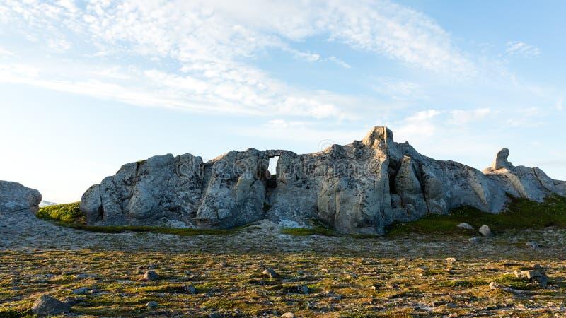 Ongebruikelijke doorstane zonovergoten rots Berglandschap, het Schiereiland van Kamchatka, Rusland royalty-vrije stock fotografie