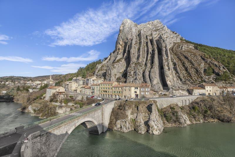 Ongebruikelijke gevormde rots in Sisteron, Frankrijk royalty-vrije stock foto