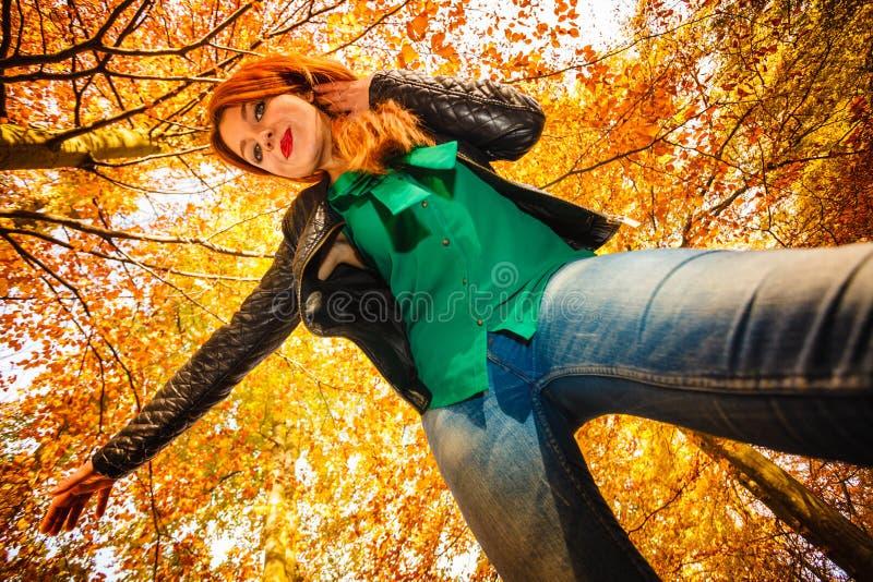 Download Ongebruikelijke Hoek Van Jonge Vrouw In De Herfstpark Stock Afbeelding - Afbeelding bestaande uit positief, rood: 54091269