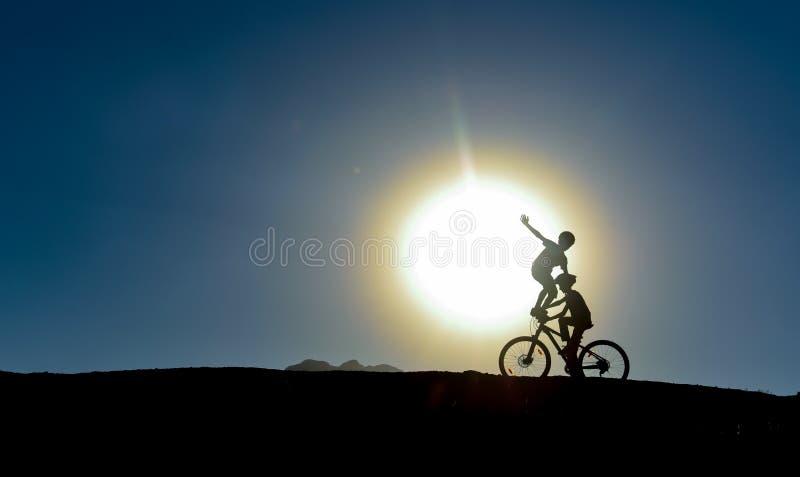 Ongebruikelijke jonge geitjes op fietsen stock afbeeldingen