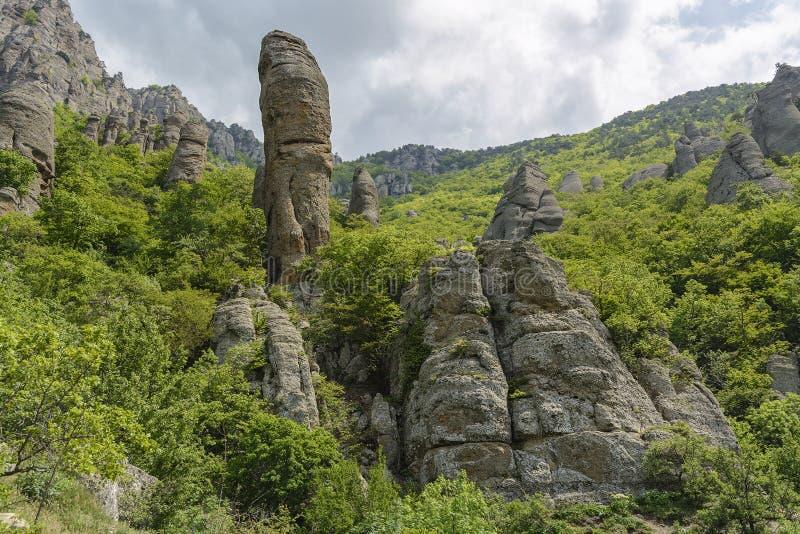 Ongebruikelijke rotsen in de Vallei van Spoken, Demerdzhi-berg, de Krim royalty-vrije stock fotografie