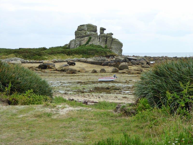 Ongebruikelijke rotsvorming bij strand stock fotografie