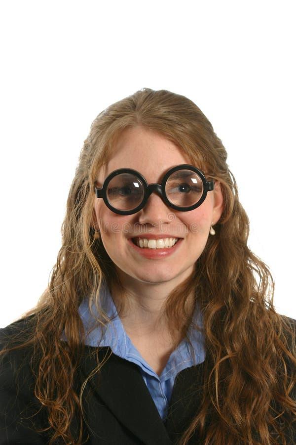 Ongebruikelijke uitdrukking met glimlach op vrouw met dikke glazen in pak royalty-vrije stock foto