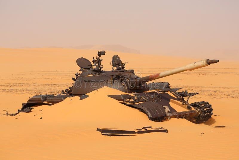 Ongebruikelijke vondsten in de woestijn Tank in de woestijn stock foto