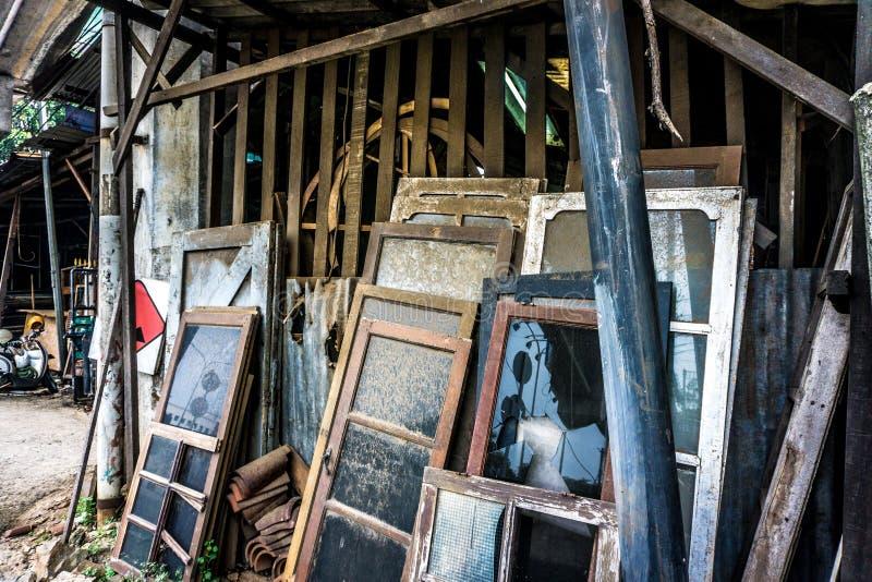 Ongebruikt en verlaat glasvensters leunen op houten die plankfoto in Djakarta Indonesië wordt genomen royalty-vrije stock foto