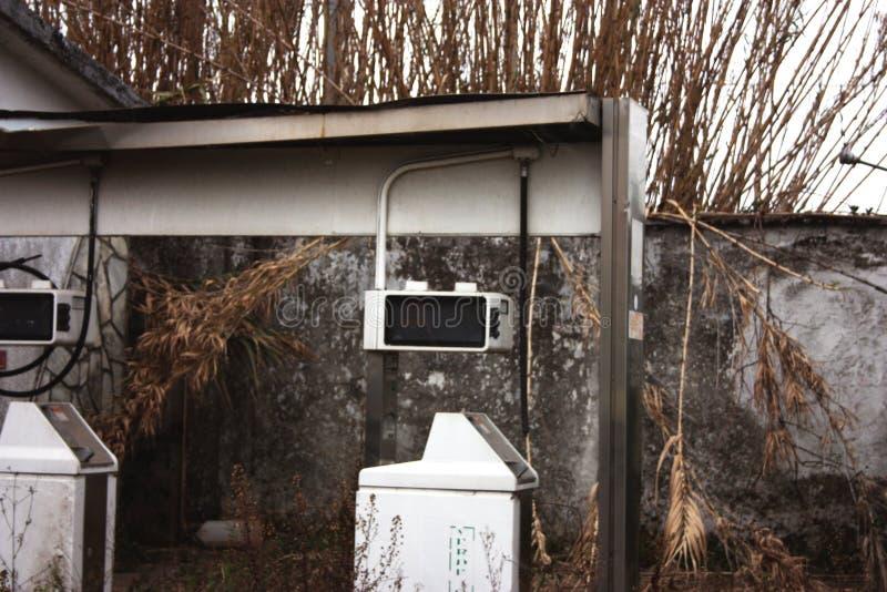 Ongebruikte automaat van een oude verlaten benzinepost na verloop van tijd stock foto's