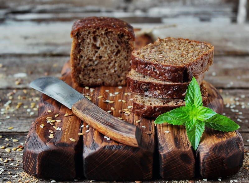 Ongedesemd brood met zemelen en lijnzaad royalty-vrije stock afbeeldingen