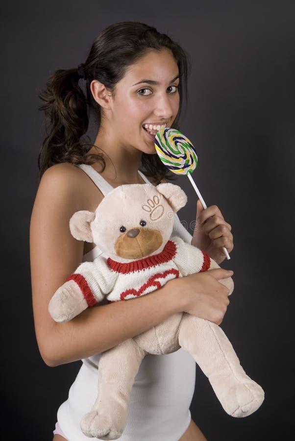 Ongehoorzaam meisje dat een grote pop lollie eet royalty-vrije stock afbeeldingen