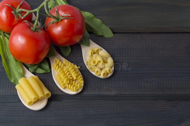 Ongekookte deegwaren in een houten spoo stock fotografie