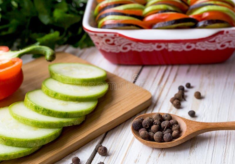 Ongekookte eigengemaakte Franse ratatouille Gezond voedselconcept royalty-vrije stock afbeelding