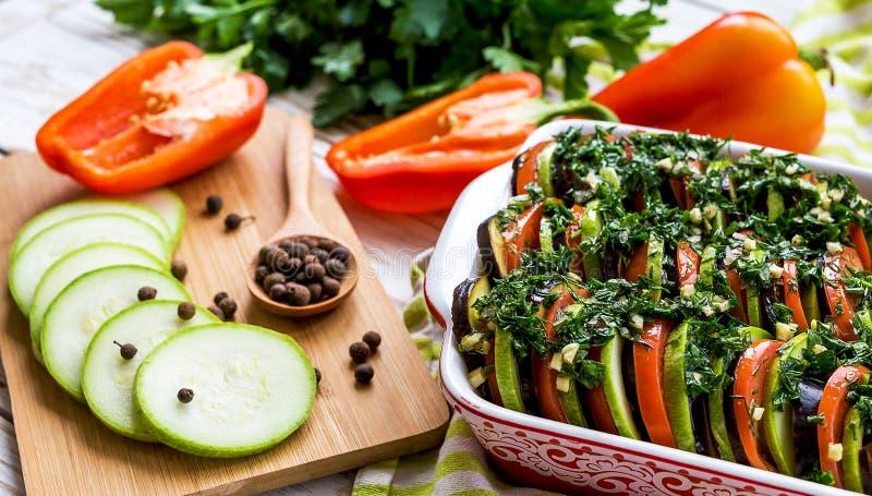 Ongekookte eigengemaakte Franse ratatouille Gezond voedselconcept stock fotografie