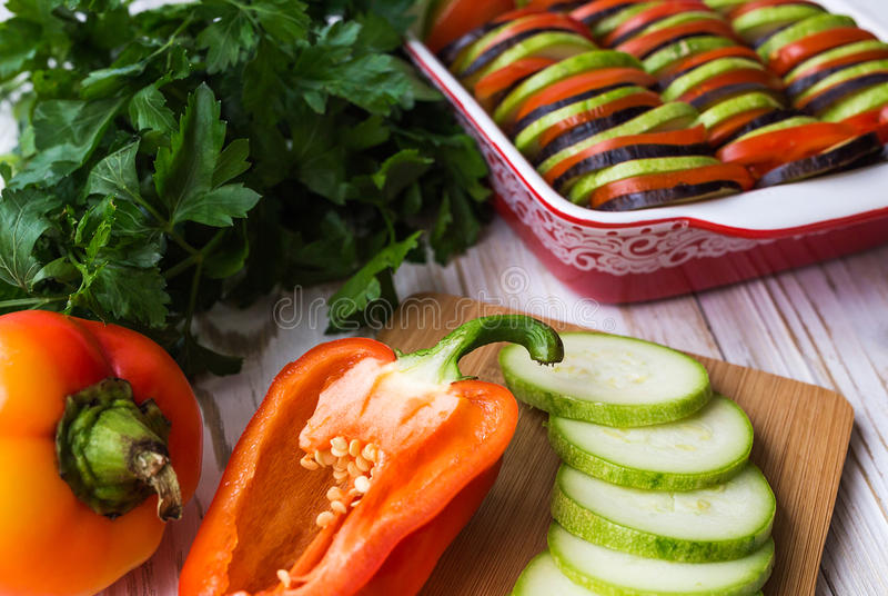Ongekookte eigengemaakte Franse ratatouille Gezond voedselconcept royalty-vrije stock foto