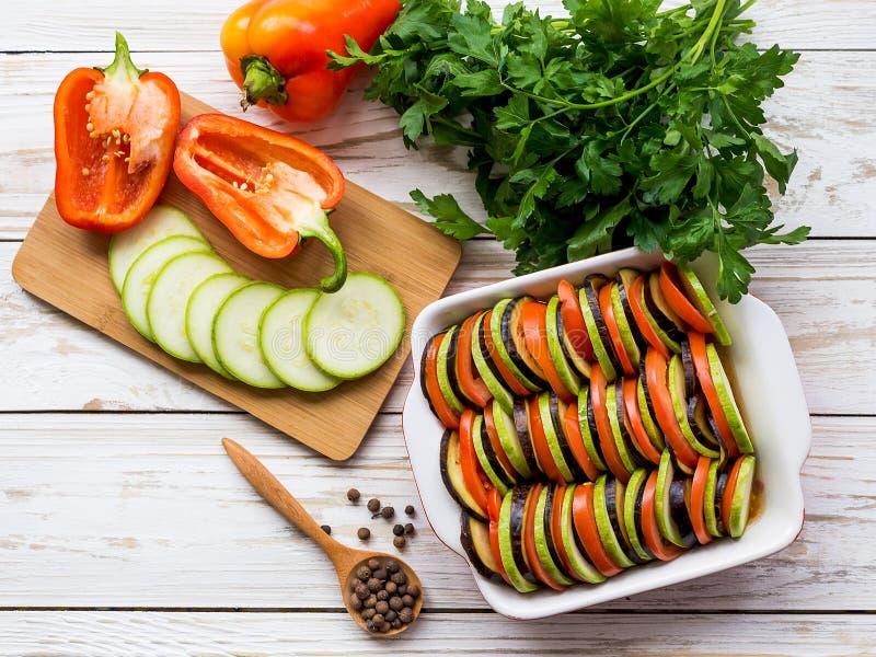 Ongekookte eigengemaakte Franse ratatouille Gezond voedselconcept stock afbeeldingen